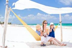 Familia el vacaciones de la playa Imagen de archivo libre de regalías