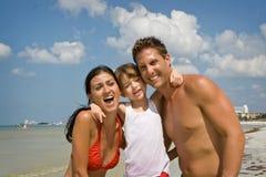 Familia el vacaciones de la playa Foto de archivo libre de regalías