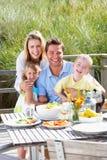 Familia el vacaciones que come al aire libre imágenes de archivo libres de regalías