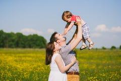 Familia embarazada de tres en la expectativa del bebé Foto de archivo libre de regalías