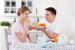 Familia embarazada feliz y alimento sano Fotos de archivo