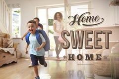 Familia emocionada en el nuevo hogar dulce casero fotografía de archivo libre de regalías