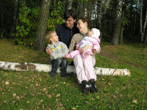 Familia en abedul Foto de archivo