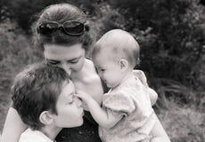 Familia en abrazo cariñoso Imagen de archivo libre de regalías