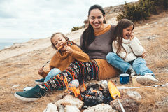 Familia en alza del otoño foto de archivo