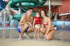 Familia en aquapark Fotos de archivo