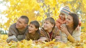 Familia en bosque del otoño Foto de archivo