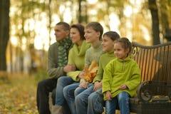 Familia en bosque del otoño Imágenes de archivo libres de regalías