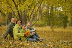 Familia en bosque del otoño Fotografía de archivo libre de regalías
