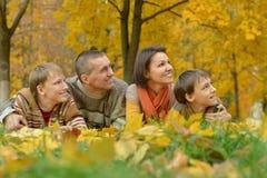 Familia en bosque del otoño Fotos de archivo libres de regalías