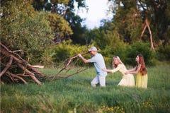 Familia en bosque verde Fotografía de archivo