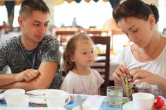 Familia en café Imagen de archivo