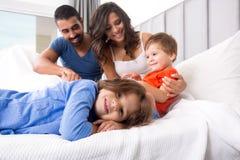 Familia en cama Fotografía de archivo