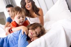 Familia en cama Foto de archivo libre de regalías