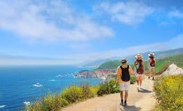 Familia en caminar el viaje que descansa encima de la montaña Imagen de archivo libre de regalías
