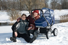 Familia en caminata. imágenes de archivo libres de regalías
