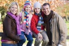 Familia en caminata del otoño imagen de archivo