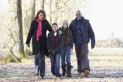 Familia en caminata del otoño en campo Imagen de archivo libre de regalías