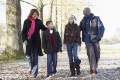 Familia en caminata del otoño en campo Fotos de archivo libres de regalías