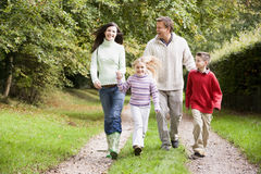Familia en caminata a través del campo Fotos de archivo libres de regalías