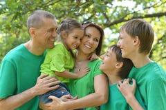 familia en camisas verdes Imagen de archivo libre de regalías