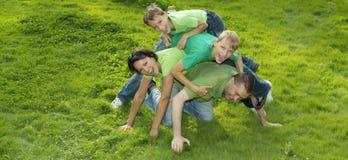 Familia en camisetas verdes Imagen de archivo libre de regalías