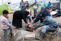 Familia en campamento de refugiados en Grecia Foto de archivo