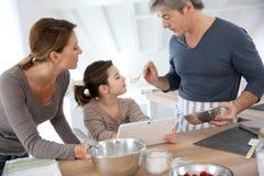 Familia en casa que cocina junto Fotografía de archivo libre de regalías