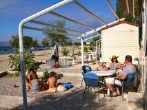 Familia en centro turístico que acampa en el verano Imagen de archivo