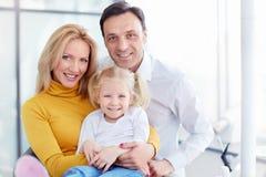 Familia en clínica dental Foto de archivo libre de regalías