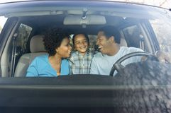 Familia en coche Foto de archivo