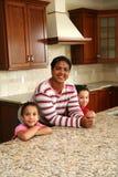 Familia en cocina Fotografía de archivo