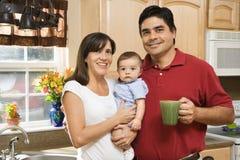 Familia en cocina. Fotos de archivo libres de regalías