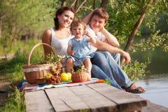 Familia en comida campestre Foto de archivo libre de regalías