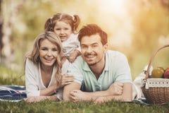 Familia en comida campestre en parque en Sunny Summer Day Imagen de archivo