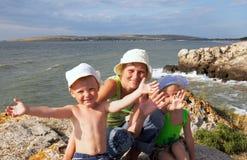 Familia en costa de mar Fotografía de archivo libre de regalías