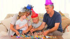 Familia en cumpleaños almacen de metraje de vídeo