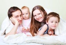 Familia en dormitorio Imágenes de archivo libres de regalías