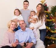 Familia en el árbol de navidad Imágenes de archivo libres de regalías