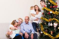 Familia en el árbol de navidad Fotografía de archivo