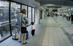 Familia en el aeropuerto imágenes de archivo libres de regalías