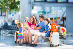 Familia en el aeropuerto Foto de archivo libre de regalías
