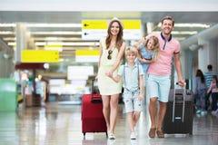 Familia en el aeropuerto Foto de archivo