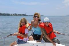 Familia en el barco Foto de archivo libre de regalías