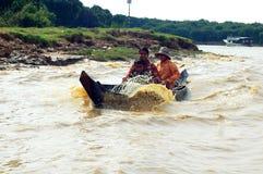 Familia en el barco, Camboya Foto de archivo libre de regalías