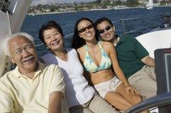 Familia en el barco de vela Imagenes de archivo