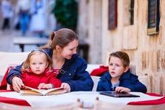 Familia en el café al aire libre imagenes de archivo