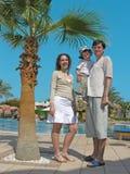 Familia en el centro turístico foto de archivo