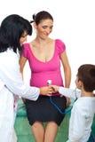 Familia en el doctor Foto de archivo libre de regalías