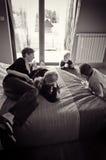 Familia en el dormitorio   Fotografía de archivo